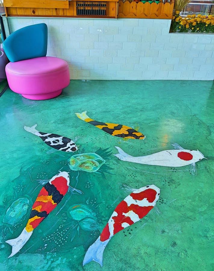 Pesce dello stagno per il mirtillo rosso cinque L'arte sul pavimento fotografia stock