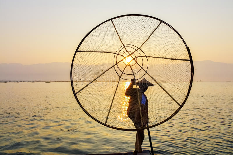 Pesce di cattura del pescatore con rete conica, lago Inle, Shan, Myanmar fotografia stock libera da diritti