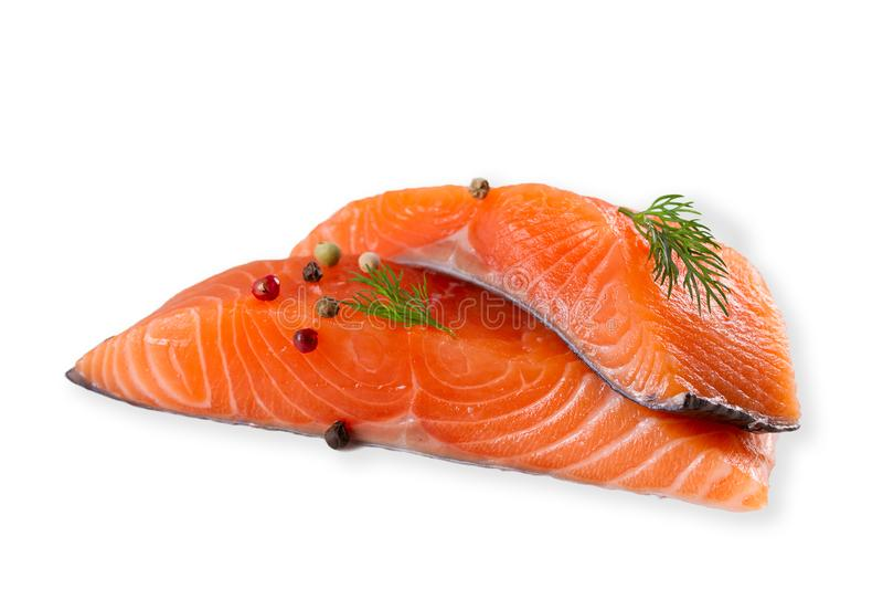 Pesce di color salmone crudo fresco con le spezie, isolate su fondo bianco con ombra fotografia stock libera da diritti