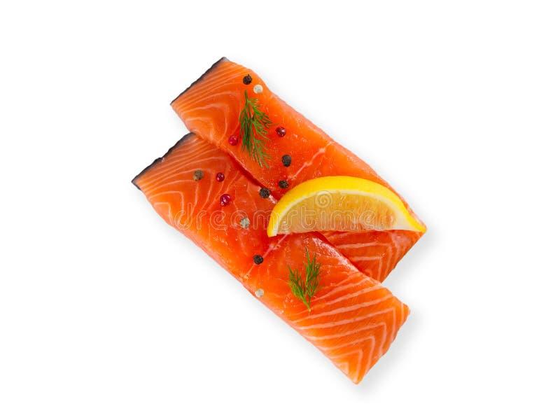 Pesce di color salmone crudo fresco con le spezie, isolate su fondo bianco con ombra fotografie stock