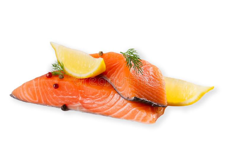 Pesce di color salmone crudo fresco con le spezie, isolate su fondo bianco con ombra immagine stock