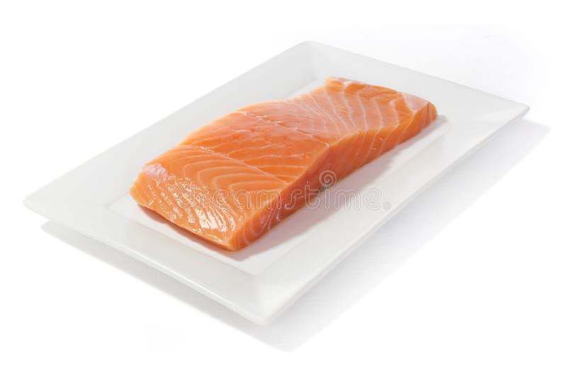 Pesce di color salmone sul piatto fotografia stock
