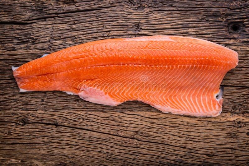 Pesce di color salmone Tavola di legno del raccordo di color salmone crudo Colpo dello studio immagine stock libera da diritti
