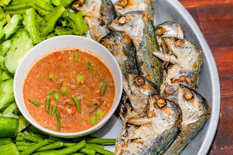 Pesce di Fried Mackerel con la salsa della gamberetto-pasta immagine stock libera da diritti