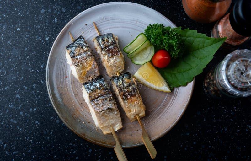 Pesce di saba grigliato spiedo con sale fotografia stock libera da diritti