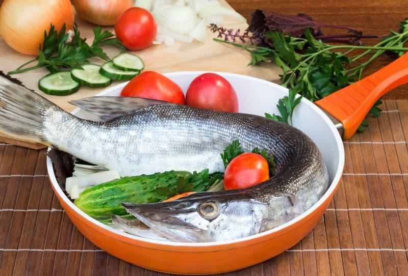 Pesce e componenti per la sua preparazione: verdure, spezie, parità fotografia stock libera da diritti
