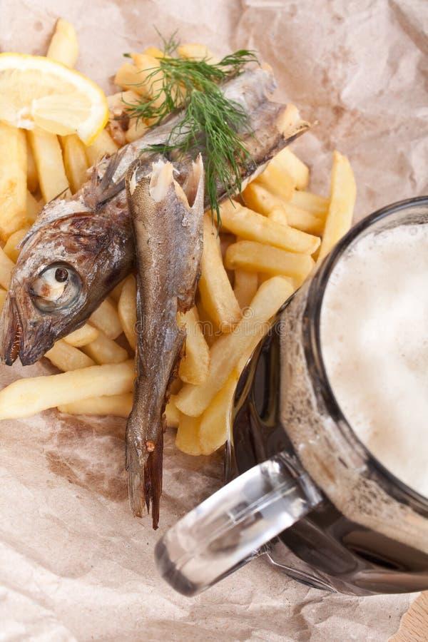 Pesce e fritture su carta marrone immagini stock libere da diritti