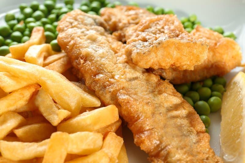 Pesce e patate fritte fritto saporito sul piatto, fotografia stock