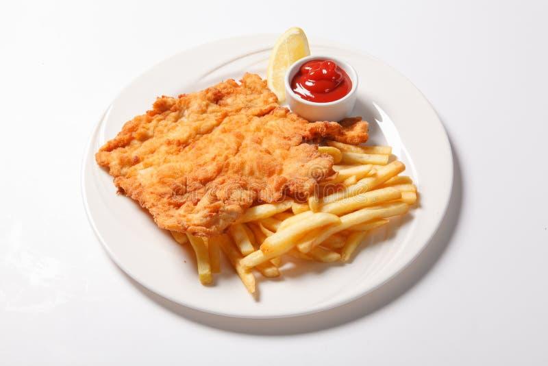 Pesce e patate fritte fritto sul piatto bianco immagini stock libere da diritti