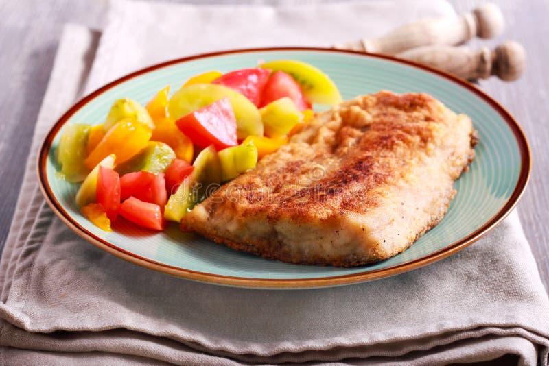Pesce ed insalata fritti della carpa da parte immagini stock libere da diritti