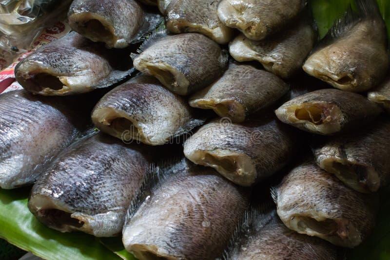 Pesce essiccato sul canestro di trebbiatura immagine stock