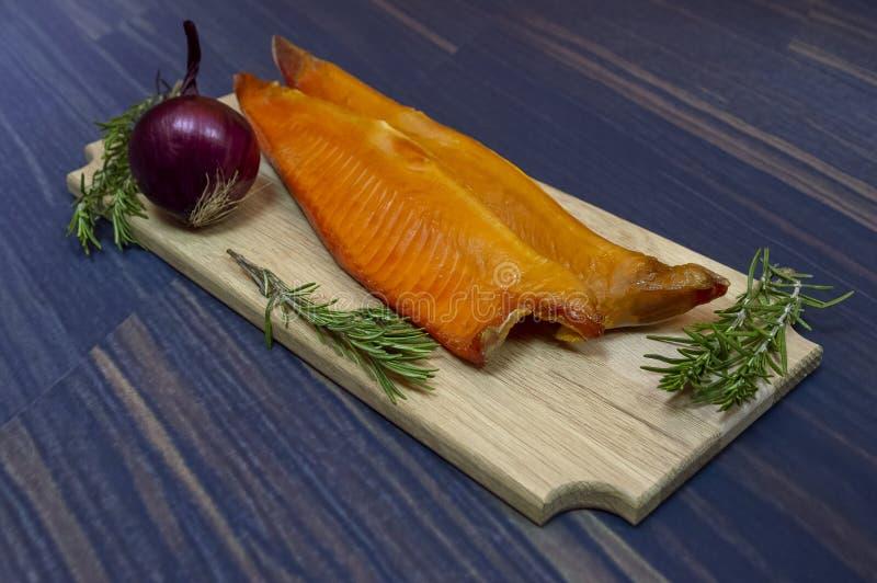 pesce Freddo-affumicato della trota fotografia stock