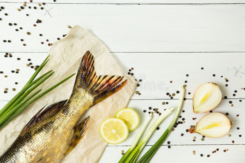 Pesce fresco delizioso con le spezie aromatiche su una tavola di legno bianca Spazio per testo, vista superiore fotografia stock libera da diritti