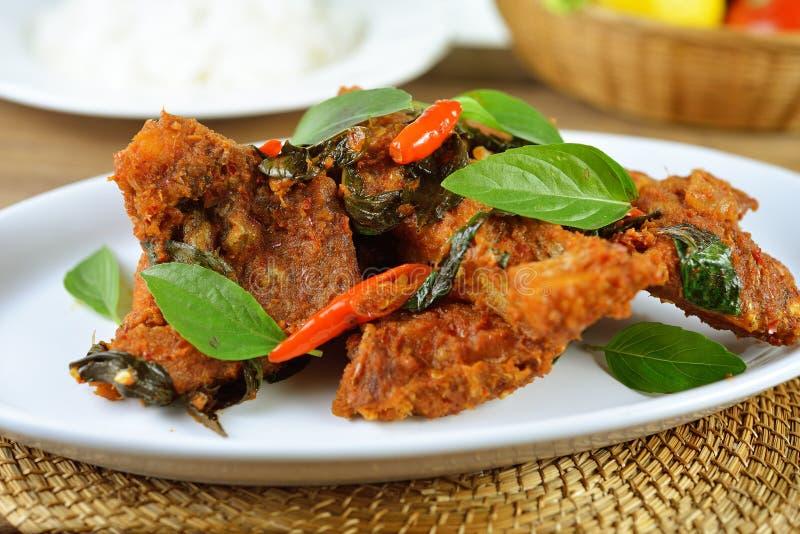 Pesce fritto con la salsa di peperoncini rossi rossa, alimento tailandese immagine stock libera da diritti