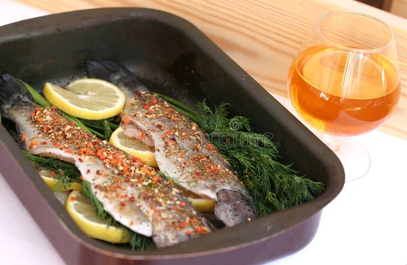 Pesce pronto da cucinare immagine stock immagine di sano 30872555 - Cucinare con le spezie ...