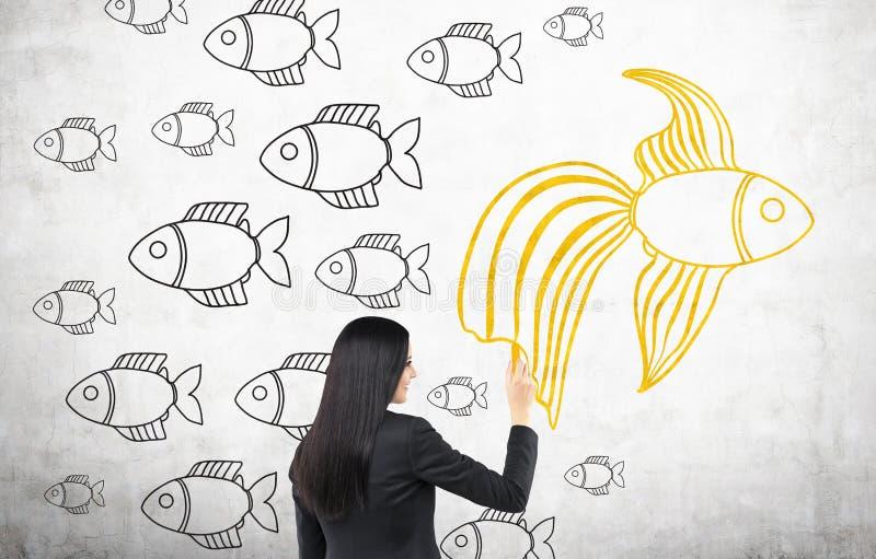 Pesce rosso del disegno della donna di affari immagini stock