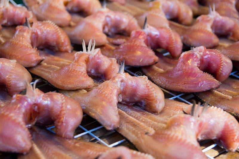 Pesce salato seccato al sole nel mercato di prodotti freschi tailandese, preserv tailandese dei frutti di mare immagine stock