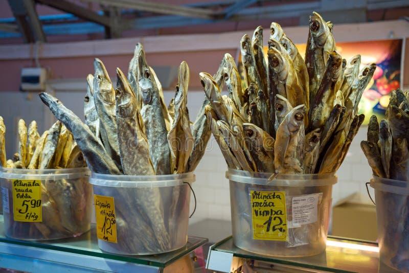 Pesce salato secco sul contatore da vendere, spuntino tradizionale della birra fotografie stock