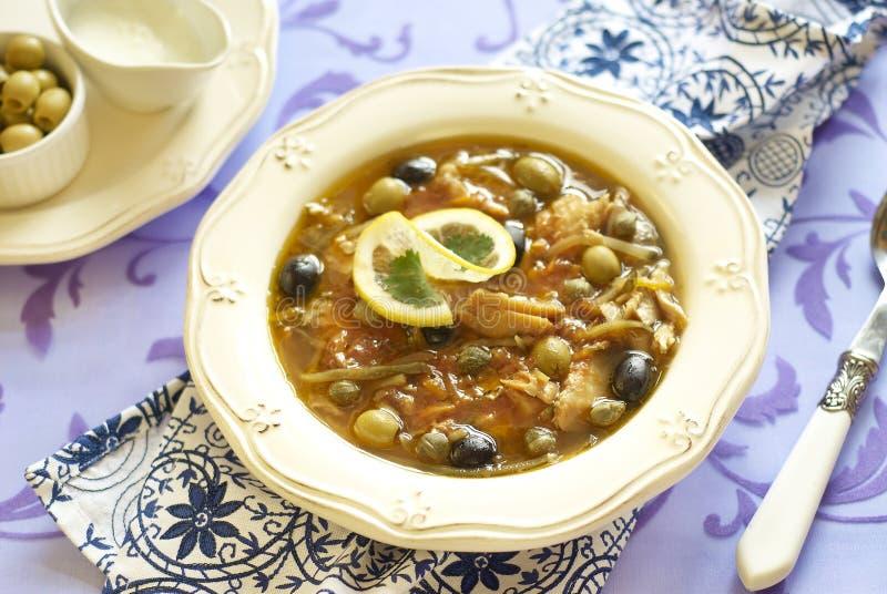Pesce solyanka con i capperi e le olive fotografie stock