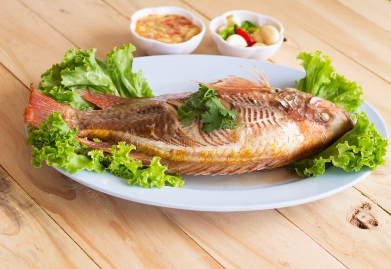 Pesce stile cinese cotto a vapore del pesce su di legno immagini stock