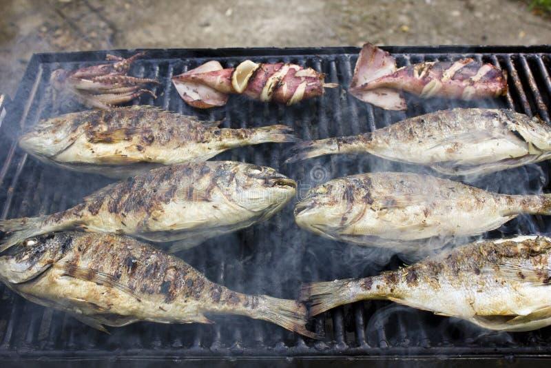 Pesce sul barbecue immagine stock