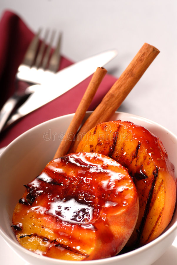 Pesche cotte con salsa fotografia stock