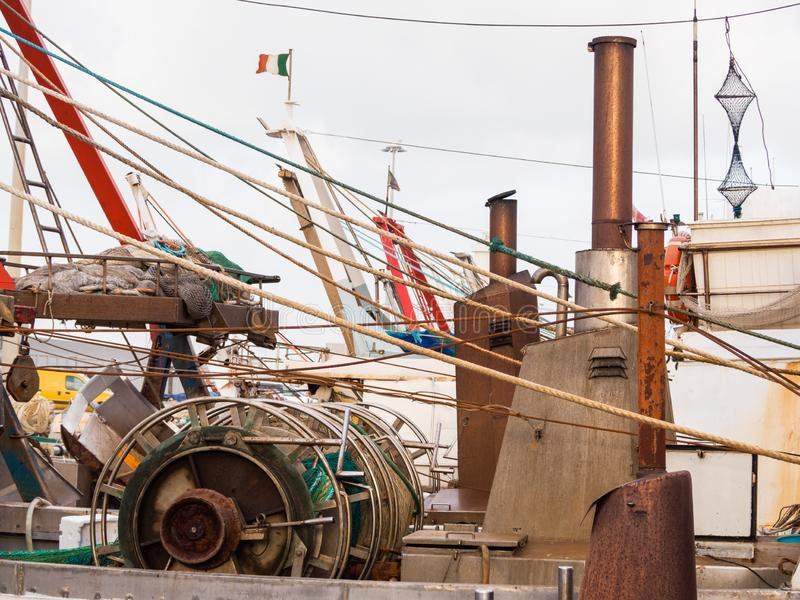 Pescherecci attraccati alla banchina del porto fotografia stock