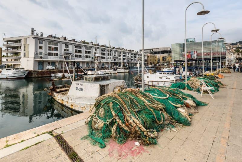 Pescherecci attraccati nel porto di Genoa Genova, Liguria, costa Mediterranea, Italia in nuvoloso fotografia stock