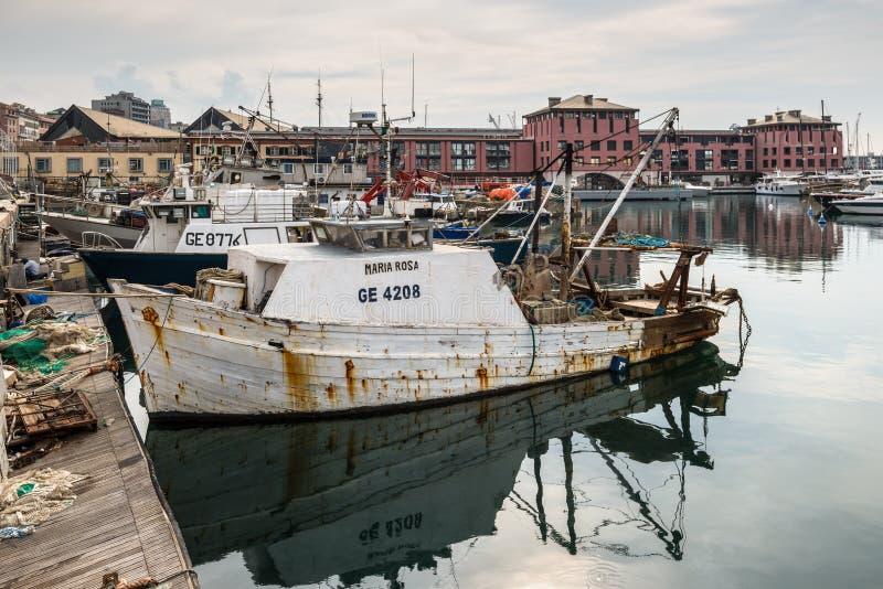 Pescherecci attraccati nel porto di Genoa Genova, Liguria, costa Mediterranea, Italia in nuvoloso fotografie stock libere da diritti