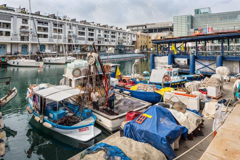 Pescherecci attraccati nel porto di Genova, Liguria, costa Mediterranea, Italia in nuvoloso fotografie stock