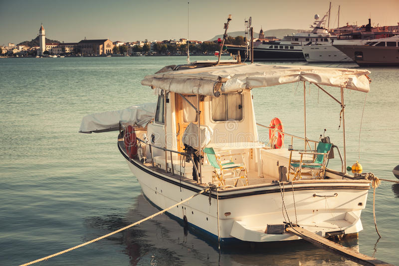 Pescherecci bianchi d'annata attraccati in porto, tonificato fotografia stock