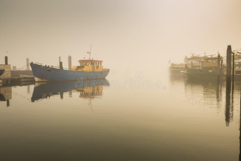 Pescherecci che attendono partenza in ritardo in di porto dovuto pesante fotografie stock libere da diritti