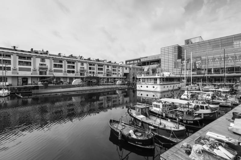 Pescherecci e sottomarino attraccati nel vecchio porto di Genoa Genova, Liguria, il Mediterraneo fotografie stock