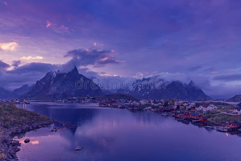 Pescherecci in porto al sole di mezzanotte in Norvegia del Nord, Lofo fotografie stock libere da diritti