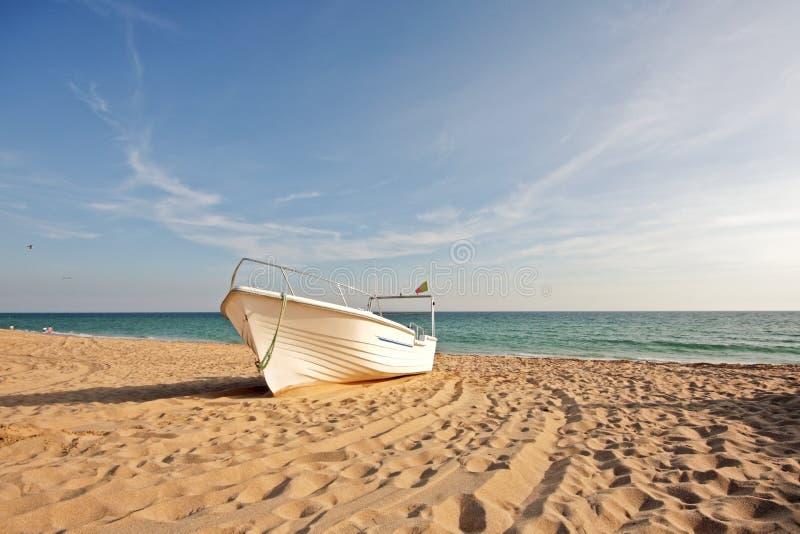 Pescherecci sulla spiaggia da Alvor Portogallo fotografia stock