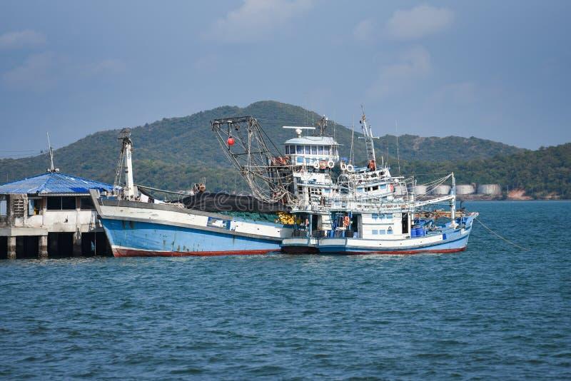 Peschereccio al porto nel mare e nella montagna dell'oceano fotografia stock