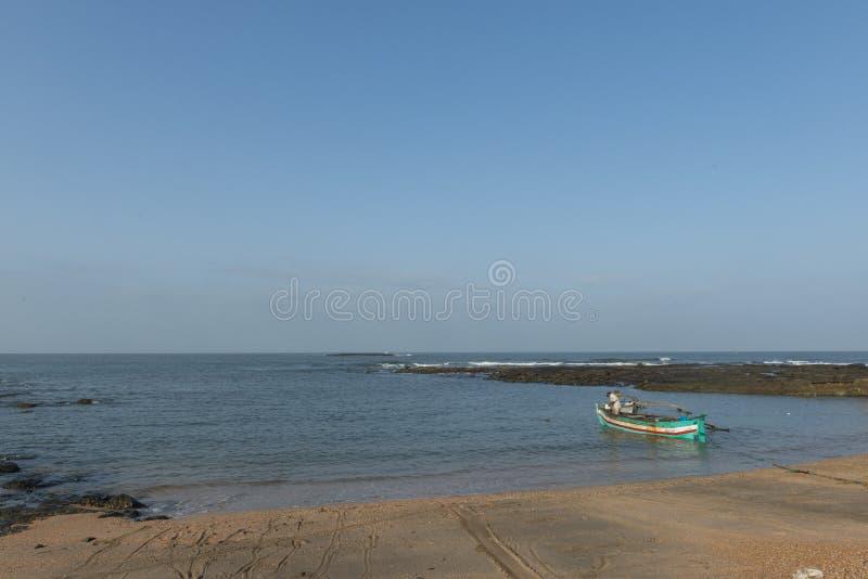 Peschereccio alla spiaggia di Anjarle nel distretto di Ratnagiri, maharashtra, India fotografia stock libera da diritti