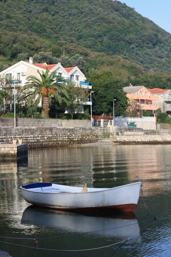 Peschereccio bianco vicino al villaggio Stoliv nel Montenegro fotografia stock