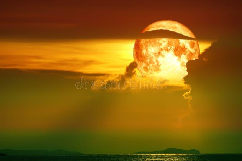 peschereccio della luna della siluetta del cielo sanguinoso eccellente della nuvola e sull'isola del mare fotografia stock libera da diritti