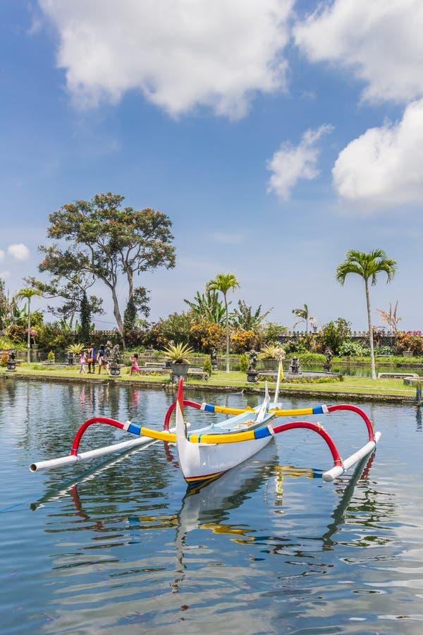 Peschereccio di balinese tradizionale nello stagno del Taman Tirta fotografia stock libera da diritti