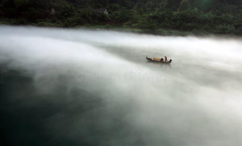 Peschereccio di mattina nebbiosa fotografia stock