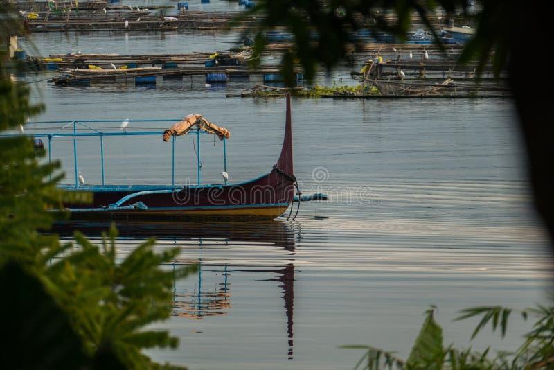 Peschereccio nel lago Taal immagini stock