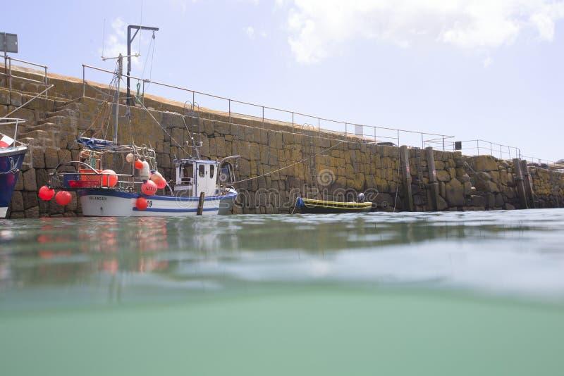 Peschereccio nel porto del Mousehole fotografia stock libera da diritti