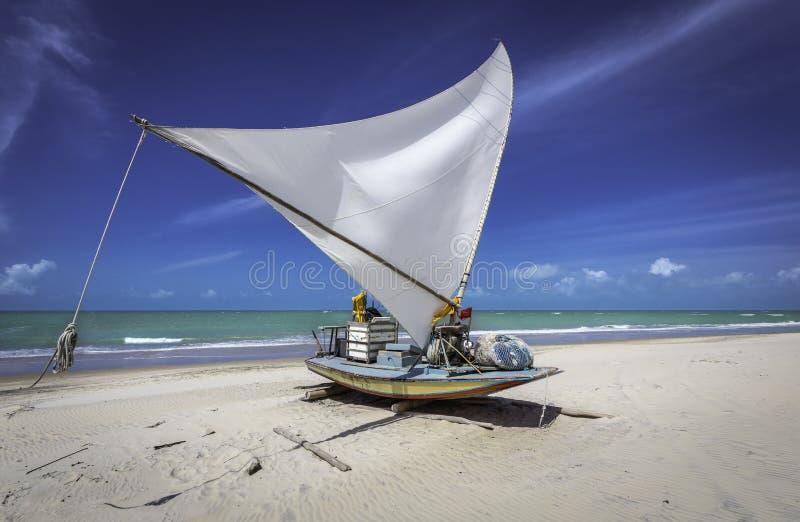 Peschereccio su una spiaggia nel Brasile fotografia stock