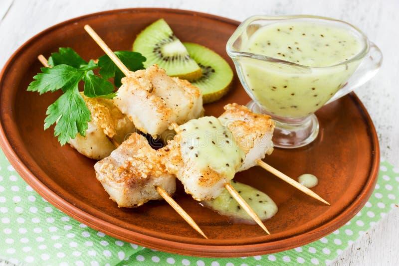 Peschi i kebab sugli spiedi di bambù con la salsa leggera del kiwi fotografie stock