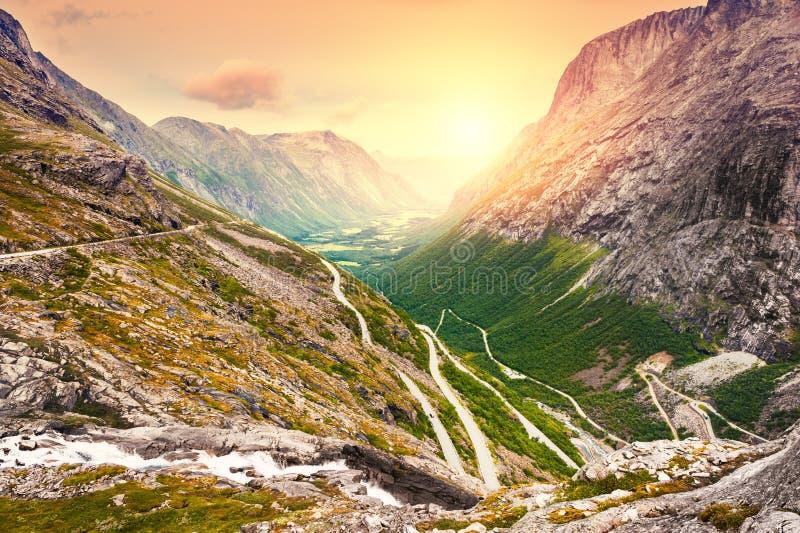 Peschi a traina la strada, destinazione turistica famosa in Norvegia immagine stock libera da diritti
