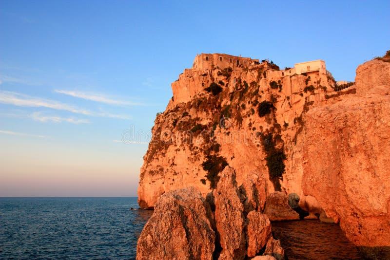 Peschici Schloss am Sonnenuntergang stockbild