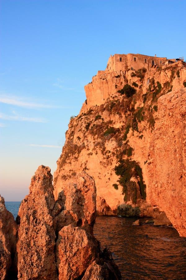 Peschici Schloss am Sonnenuntergang stockfotos