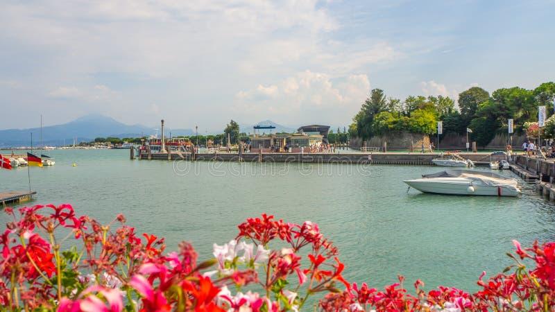 Peschiera del Garda, Италия Взгляды гавани деревни Озеро Garda Оно ` s одно самого известного итальянского курорта стоковое фото rf