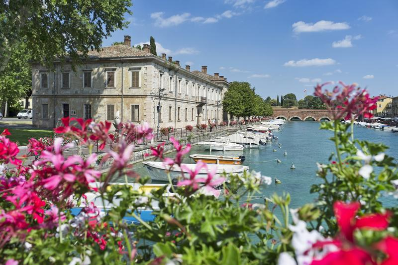 Peschiera del Garda, Itália, colorida promenade fotos de stock